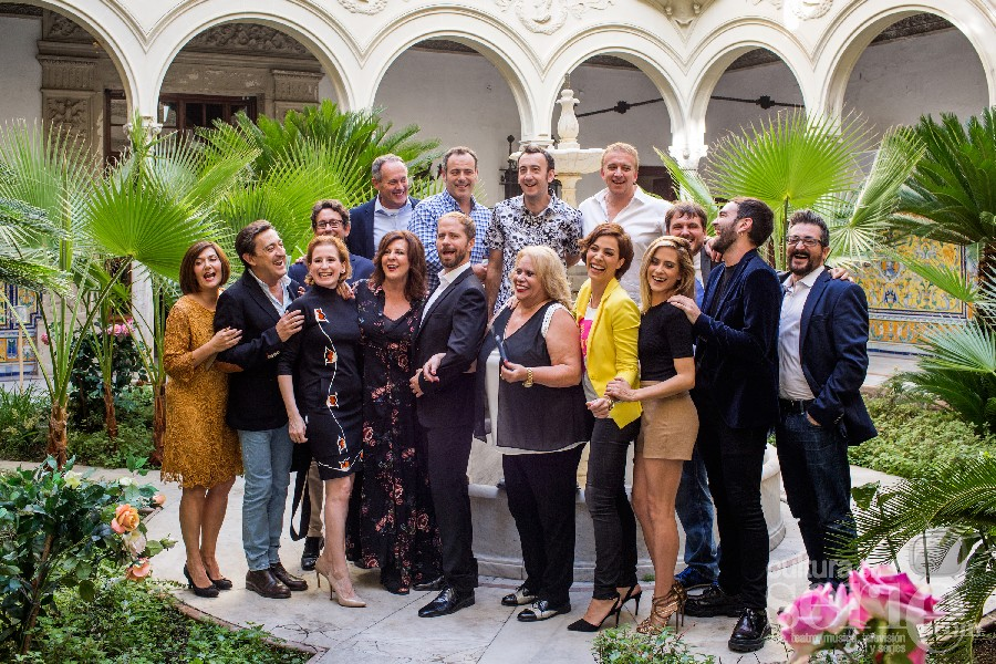 """El equipo artístico en la presentación de """"Allí Abajo"""" en el Palacio Monsalves, Sevilla."""
