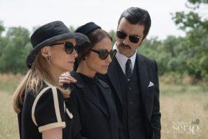 Clara (Marta Hazas), Ana (Paula Echevarría) y Mateo (Javier Rey) en un funeral